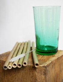 Rietjes van bamboe   Bamboe   GoodRoots Duurzaam de zomer door met je favoriete cocktail of smoothie. Ook een leuk idee om cadeau te geven. Je krijgt bij je bestelling een speciaal borsteltje meegeleverd waardoor de rietjes makkelijk grondig schoon te maken zijn. www.goodroots.nl