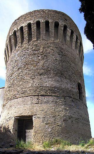 Corsica - Tours Génoises Corse - Tomino, (en corse Tuminu) Tour de Poggio. Deux tours ont été édifiées aux xvie et xviie siècles afin que la population puisse se défendre contre les pirates barbaresques qui razziaient les côtes de l'île. Des feux allumés sur les terrasses sommitales permettaient de signaler, d'une tour à l'autre, l'approche de leurs navires.