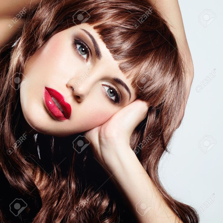 38039122-Bella-donna-sexy-con-capelli-ricci-lunghi-Ritratto-di-un-modello-femminile-con-il-trucco-di-moda--Archivio-Fotografico.jpg (1300×1300)