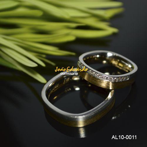 Modelo: AL10-0011 Material: Ouro 18k Cor: Amarelo e branco – Rose e branco Peso médio do par: 18,00 grs. Largura masculina: 5,00 mm Largura feminina: 5,00 mm Acabamento externo: Fosco e polido Acabamento interno: Anatômico – Polido Pedra: Diamante - Lapidação brilhante Quantidade: 15 diamantes Peso dos diamantes: 22,5 pontos