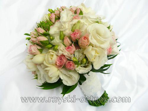 Свадебный букет, составленный из белой эустомы, фрезии и розовой кустовой розы.