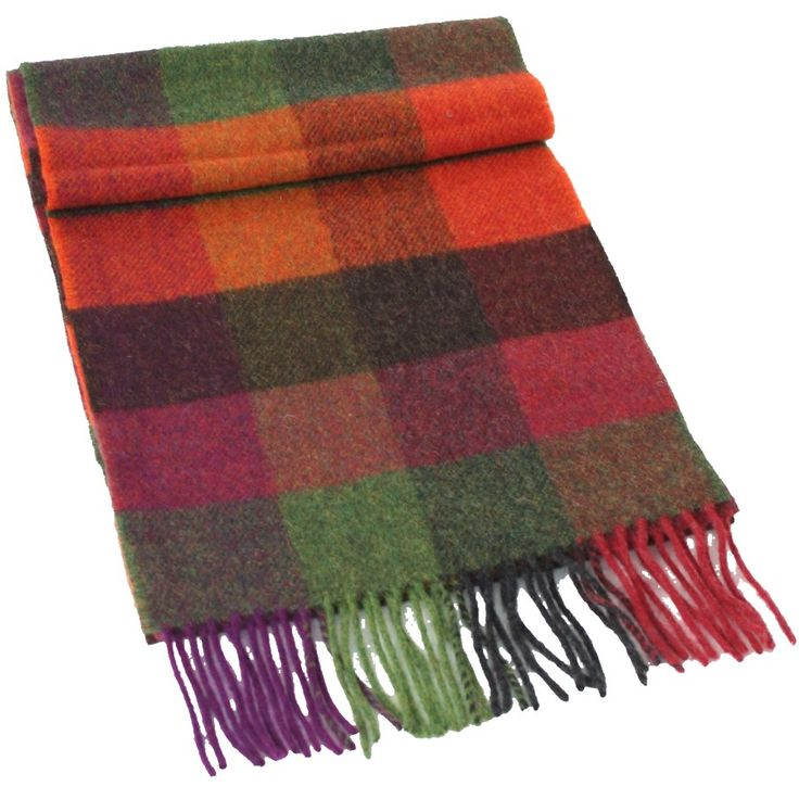 Fabriquée en Irlande à partir de laine d'agneau (lambswool), cette écharpe douce et chaude vous accompagnera tout au long de l'hiver.