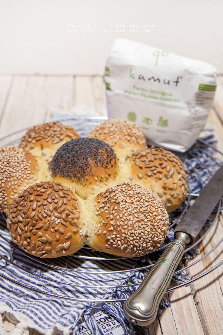 Una margherita di pane al Kamut con semi di girasole, sesamo e papavero, bella da vedere e da mangiare perfetta come centrotavola per essere divisa in monoporzioni
