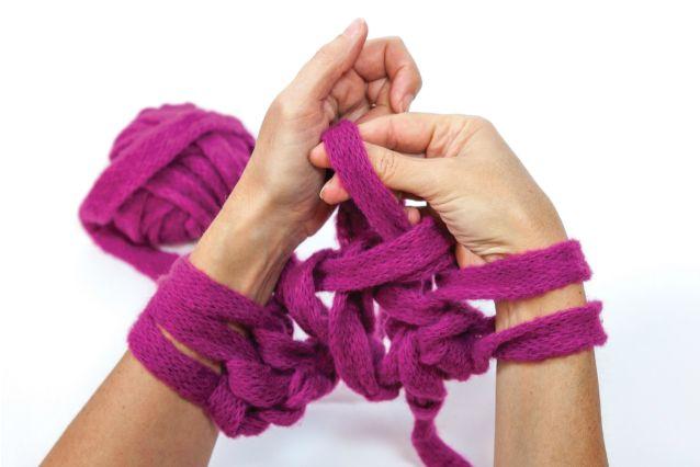 Volete creare delle sciarpe fatte a mano ma non sapete lavorare a maglia? La soluzione ideale è l'arm knitting, la tecnica che permette di realizzare accessori in lana senza utilizzare ferri e uncinetto. Scopriamo qual è il tessuto giusto da utilizzare.