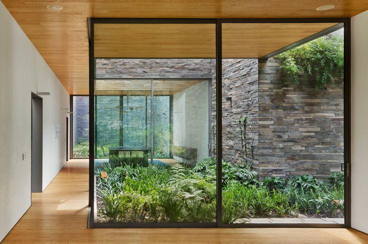 patio con pared de piedra