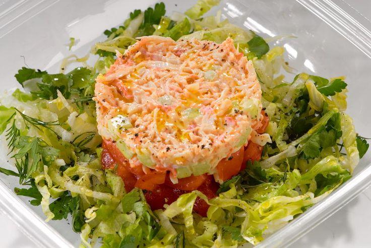 Салат с креветками и мясом кальмаров и авакадо