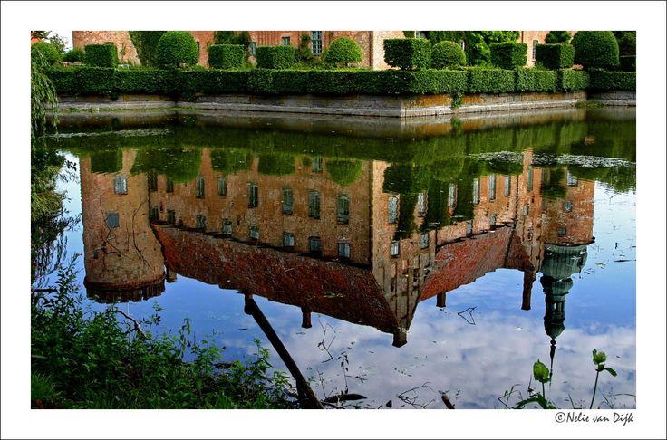 Spiegeltje spiegeltje... Het kasteel van Vittskovle in Zuid Zweden weerspiegeld in de Kasteelgracht.