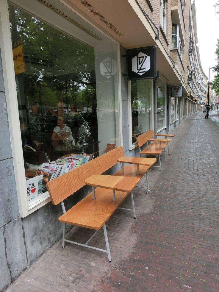 ASHLEY&EMMA'S Terras bankjes Bij lunchroom Lof der Zoetheid