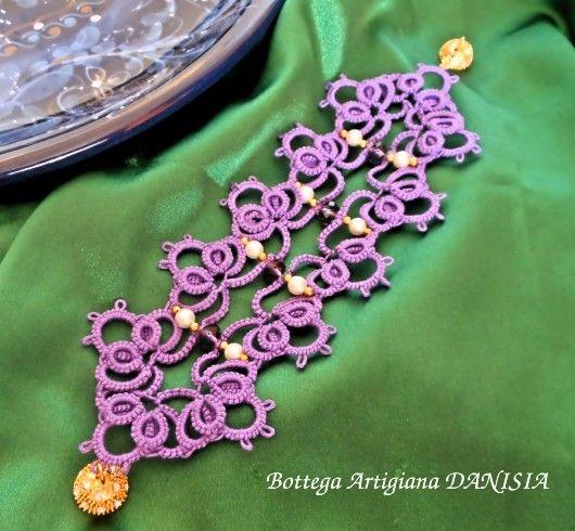 Braccialetto realizzato a chiacchierino con perle Rocailles e cristalli viola Swarovski.