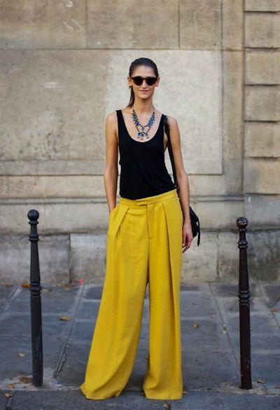 Яркие желтые брюки можно смело сочетать с белым топом или черной майкой. Также очень стильно будет смотреться широкая блузка из ситца заправленная в брюки (особенно если образ дополнить модной сумочкой-клатчем в разноцветную полоску). Укротить яркую желтую палитру поможет серый цвет блузки или пиджака, а еще более усилить эффект можно при помощи зеленого, голубого, розового или фиолетового топа. Источник…