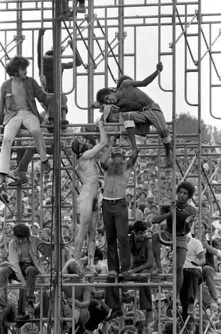 « Woodstock Music and Art Fair », Bethel, New York, 15 août 1969 En savoir plus sur http://www.lemonde.fr/arts/portfolio/2016/10/06/l-esprit-rebelle-et-creatif-des-annees-1960-a-londres_5009029_1655012.html#oIViejHQS2wa5giT.99