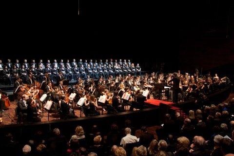 Mentre in Cina si stanno costruendo cento teatri polivalenti per la concertistica e l'opera occidentale, e alle porte dell'Italia, nel Tirolo, è stato appena inaugurato un modernissimo tempio della musica, in Italia alcuni teatri rischiano di chiudere…