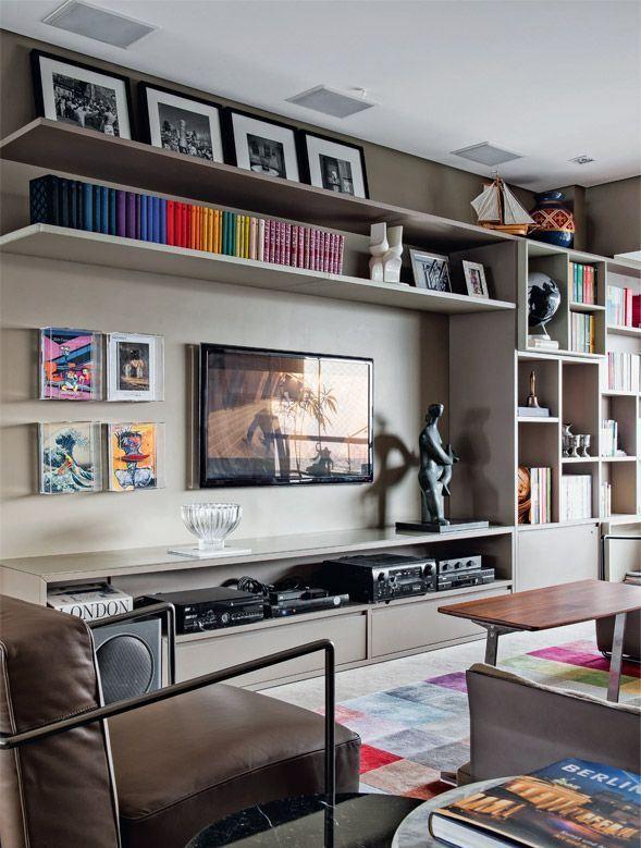Livros e quadros coloridos quebram o predomínio do cinza e marrom.  Fotografia: http://www.decorfacil.com