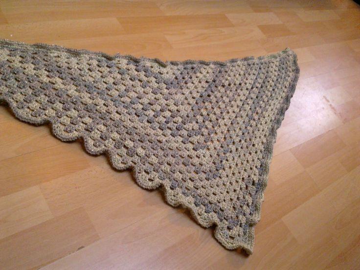 """Het werd wel weer eens tijd voor een nieuw patroon, een driehoeksjaal of omslagdoek deze keer. Het is eigenlijk een halve """"granny squar..."""