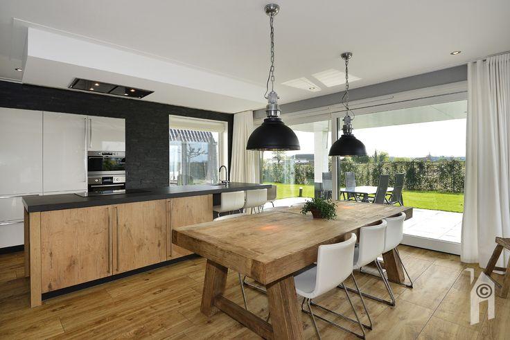 Blik in de open keuken, direct bij de veranda