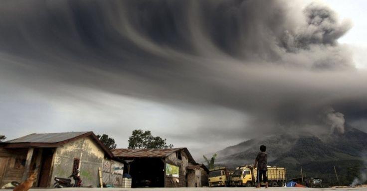 18.nov.2013 - Morador observa fumaça expelida pelo vulcão do Monte Sinabung na ilha indonésia de Sumatra. A Indonésia está em alerta devido à erupção do Sinabung e do vulcão Merapi, em Java Imagem: Roni Bintang/Reuters