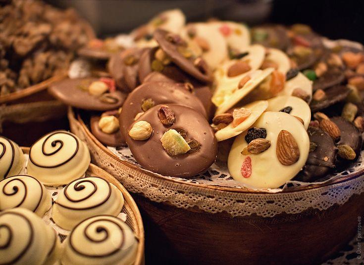 Вы знаете, во Львове нельзя вытирать шоколад с пальцев и губ, это считается признаком плохо тона. После поедания вкусного шоколада, остатки с пальцев и губ нужно очень нежно слизывать.