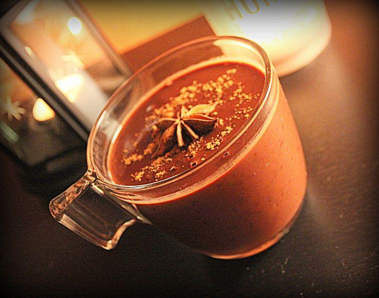 Ve vodní lázni rozpustíme čokoládu, poté přiléváme smetanu a mléko podle potřeby - podle toho jakou konzistenci chceme. Přisypeme třtinový cukr...