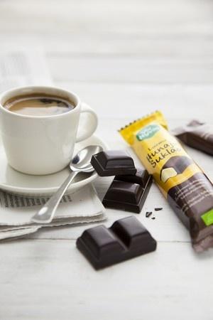 Tumma, intensiivisen makuinen Voi hyvin –hunajasuklaa on täydellinen suklaa nautiskelijalle. Pala voimakkaan makuista täyteläistä suklaata on loistava päätös herkulliselle aterialle, se kruunaa kahvihetken ja on täydellinen kumppani lasilliselle punaviiniä.
