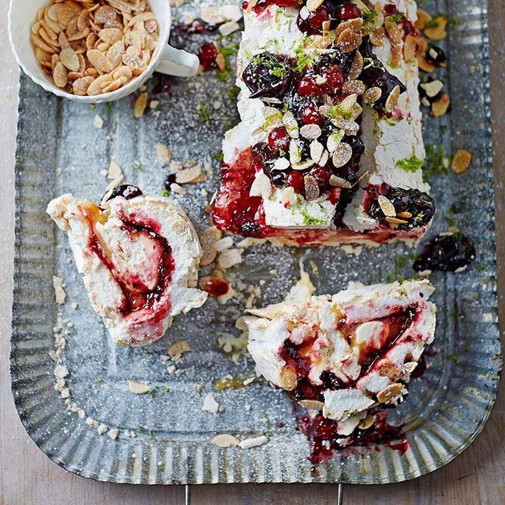 Deze rol heeft als basis een meringue, die je vult met fruit, room en curd. Je kunt in dit recept ook kiezen voor andere vruchten uit het seizoen. En heb je niet zo heel veel tijd, koop dan een kant-en-klaar potje lemoncurd.    1 Verwarm de oven voor op...