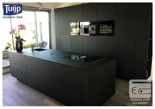 Een hypermoderne, en letterlijk zijdezacht aanvoelende keuken met de nieuwste Nano-techniek. Zou zwart het nieuwe wit gaan worden? Wij vinden hem geslaagd. Wat vindt jij? #Tuijp #Keukens #Volendam #Amsterdam Kijk voor meer keukenideeën ook eens op: http://www.tuijpkeukenenbad.nl/keukens/keuken-projecten