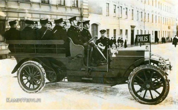 Turun ensimmäisen poliisiauton mainitaan olleen myös Martini. Se näkyy ylläolevassa kuvassa, joka on ilmeisesti otettu Turun vanhalla suurtorilla. Kuvan auto on kuitenkin vanhempi kuin vuosimallia 1910, muun muassa ketjuveto paljastaa auton iäkkyyden.