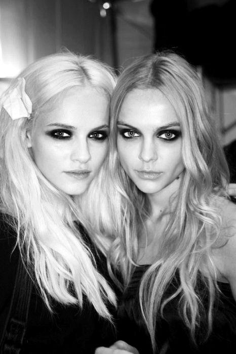 dramatic looks.: Strawberries Blondes, Hair Colors, Messy Hair, Eye Makeup, The Center Lapina, Dramatic Eye, Dark Eye, Smoky Eye, Smokey Eye