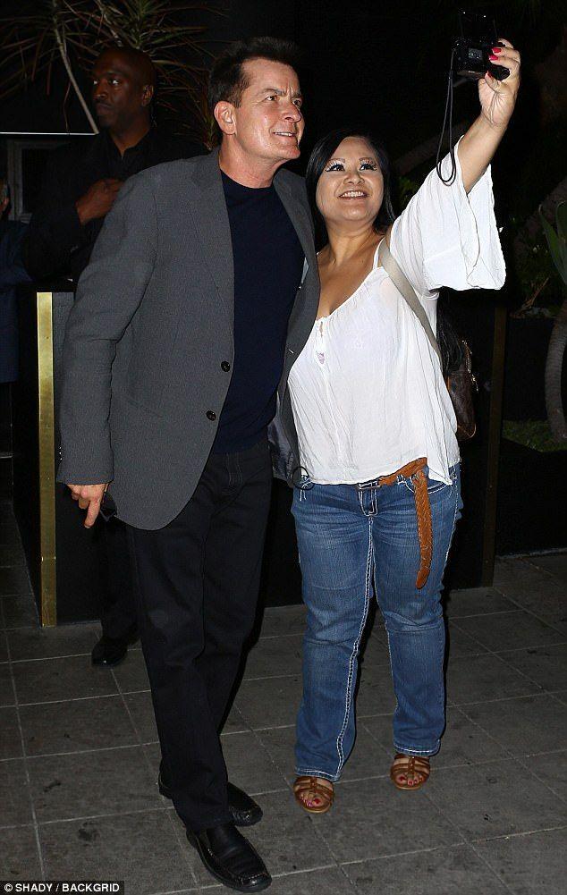 Szelfi megszállottja: Charlie Sheen megállt egy pillanat alatt egy rajongó, ahogy megérkezett a HIV gyógyszer esemény Hollywood csütörtökön