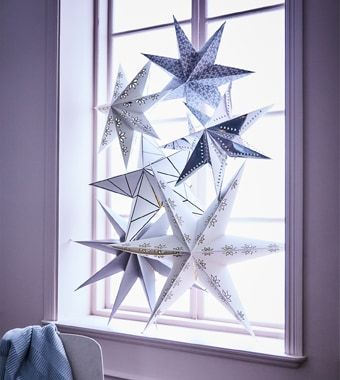 Setze diese Weihnachten auf strahlenden Glanz am Esstisch. Bei IKEA findest du jede Menge weihnachtliche Leuchtenschirme, wie z. B. STRÅLA Hängeleuchtenschirm weiß/Schneeflocken.