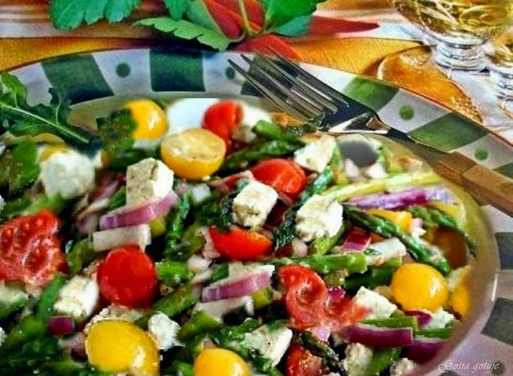 Gosia gotuje: Sałatka ze szparagami i serem feta