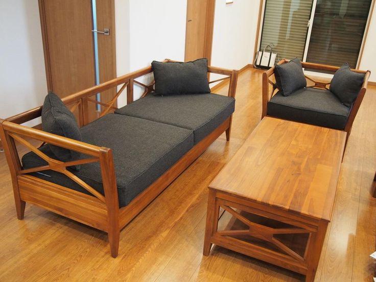 Set Kursi Tamu Minimalis Silang R-1AU terbuat dari material kayu jati solid (tua) berdesain simple minimalis dengan bantalan pada dudukannya.