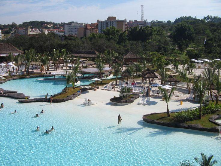 Rio Quente, município situado cerca de 30 km de Caldas Novas, pertence à região que abriga a maior estância hidrotermal do mundo. As piscinas de água quente descendem de poços naturais. O local atrai muitos turistas brasileiros e também estrangeiros.