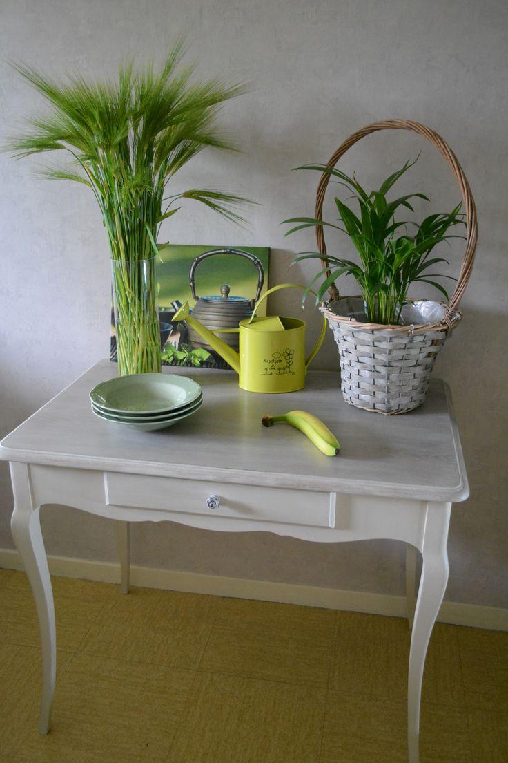 Table multifonctionnelle, pouvant ainsi servir de table de cuisine, de bureau, d'appoint, ou tout simplement pour sublimer votre intérieur. Patinée en argile avec un plateau blanchi. Table en chêne avec tiroir.