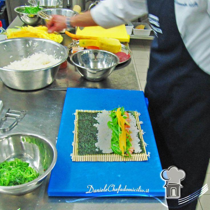 """""""Un piatto può essere rivisitato senza perdere la sua tradizione, la cucina è fantasia, ma ci vuole sempre tecnica e studio per creare una variante personale"""" (A. Borghese) Infatti la foto riporta proprio una lezione di tecnica per la cucina orientale...Voi quale cucina preferite??"""