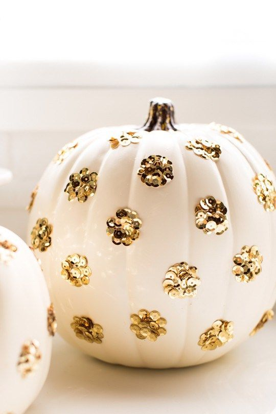 These might be the easiest, sparkly pumpkins you've ever made! DIY sequined polka dot pumpkin | sugarandcloth.com