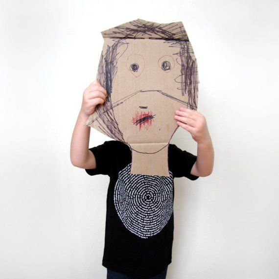 Goedkoop knutselen. Maak een groot zelfportret masker van karton. Recycle / upcycle een oude kartonnen doos. Goedkope knutsel tip van Speelgoedbank Amsterdam voor kinderen en ouders.