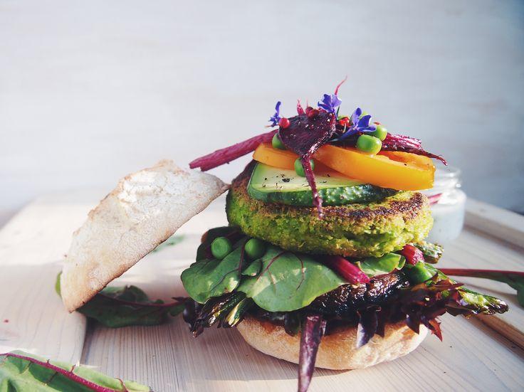 WIOSENNE WEGEBURGERY Z ZIELONYM GROSZKIEM I MIĘTĄ | Spring vegan burgers with peas and mint #vegeaddicted