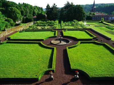 Les jardins du chateau dauphin a pontgibaud guide du tourisme du puy de dome auvergne