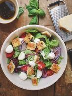 Pizza salade met focaccia croutons, een heerlijke zomerse maaltijdsalade. De zelfgemaakte croutons maken deze goed gevulde salade helemaal af! Recept op cookingdom, via bron