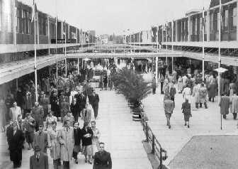 Eigenlijk zou de Lijnbaan omgevormd worden tot een overdekt winkelcentrum, maar de plannen gingen niet door. Er waren teveel opdrachtgevers bij betrokken en ze konden geen overeenstemming vinden.