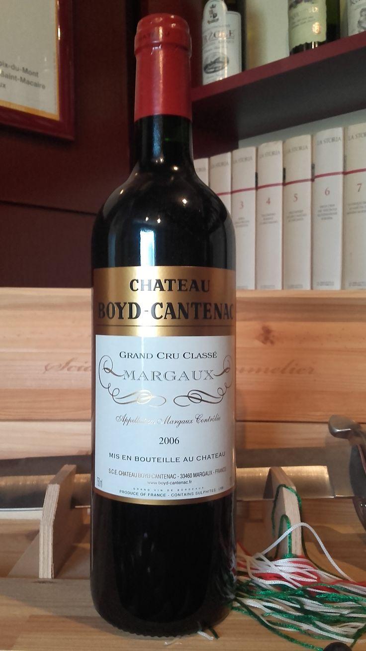 Chateau Boyd-Cantenac Grand Cru 2006 Crveno vino divne arome zrele šljive, koja se pretvara u južno voće i cveće. Sastoji se od 2/3 Cabernet Sauvignon-a, Merlot-a i Verdot-a. Procenat alkohola: 13% Vino je direktno stiglo iz podruma proizvođača i poseduje kompletnu dokumentaciju o poreklu. Za sve ostale informacije u vezi vina pozovite 011/7113938 ili 063/238322 ili dođite u našu vinoteku.