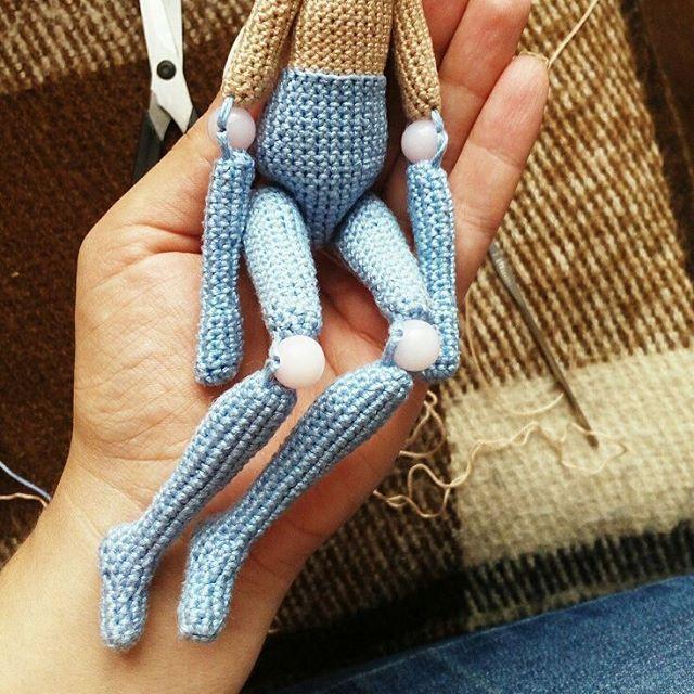 Попытки сделать что-то новенькое! Первая шарнирная куколка вышла махонькая и непропорциональная... И руки длиннючие получились!!! Ну это же первая!@mira_loves_dolls спасибо за вдохновение! #шарнирнаякукла #шарнирнаякуклакрючком #crochetdoll #dollsoutfit #best_hm_world #handmadetoy #handmadedoll #villy_vanilly_shop #amigurumigram #amiguru #amigurumidoll #nwd_europe #вязатьмодно #crochetdolls #handmade_all_tut #weamiguru #portraitdoll #presentideas #giftideas #collectiondolls #куколкакрючк...