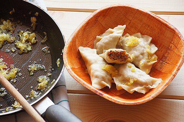 Pierogi z mięsem : Składniki na 20 pierogów ciasto: 120 g mąki 1 jajko 1 łyżka oliwy nadzienie: 250 g mięsa z rosołu (wołowina, indyk) 1 jajko cebula 2 łyżki masła sól i piep. Przepis na Pierogi z mięsem