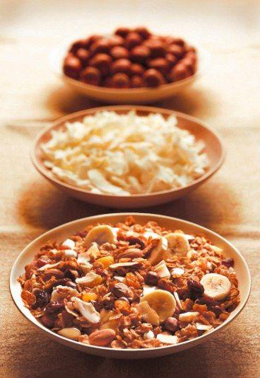 Przepis - Mazurek bakaliowy - PRZEPIS z rodzinnego zeszytu - Mazurek bakaliowy - przepis z rodzinnego zeszytu Składniki: - 25 dag mąki; - 25 dag masła; - 5 jajek; - 15 dag cukru; - 20 dag migdałów; - 10 dag fig; - 20 dag rodzynków;...