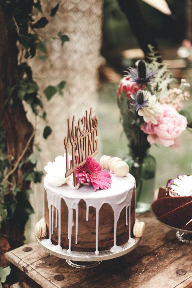 Credit: Ik Trouw Van Jou - geen persoon, taart, bloem (plant), ornament, viering, crème, kaars, chocolade, tabel (meubels), hout, tafelsuiker, eten