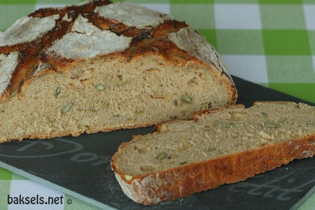 Roggevloerbrood met appel en zonnebloempitten en pompoenpitten #recept: http://www.baksels.net/site/roggevloerbrood-met-appel-en-pitten/ #brood #bread #rye #rogge