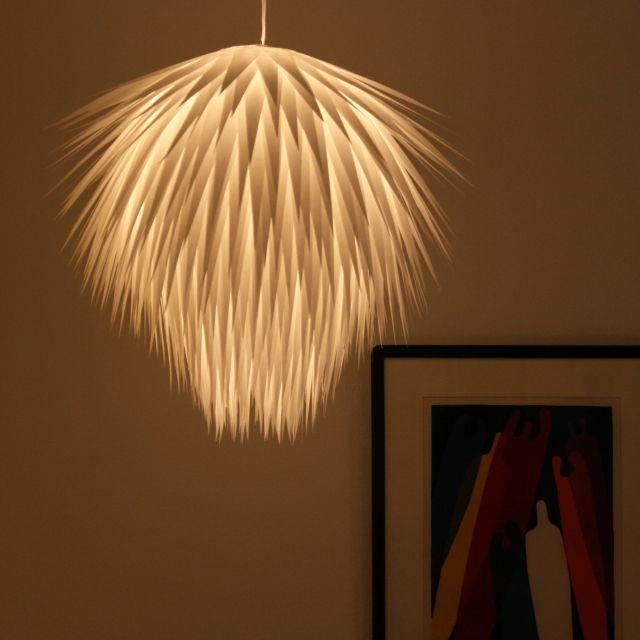 Art - Lampe :Cette lampe a été réalisée avec du papier coupé en triangles. Les triangles sont ensuite collés encercle autour du tube en plastique (comme le tronc d'une bouteille d'eau, par exemple)...Puis, on décale le tour suivant un tout petit peu vers le haut... puis encore et encore..…