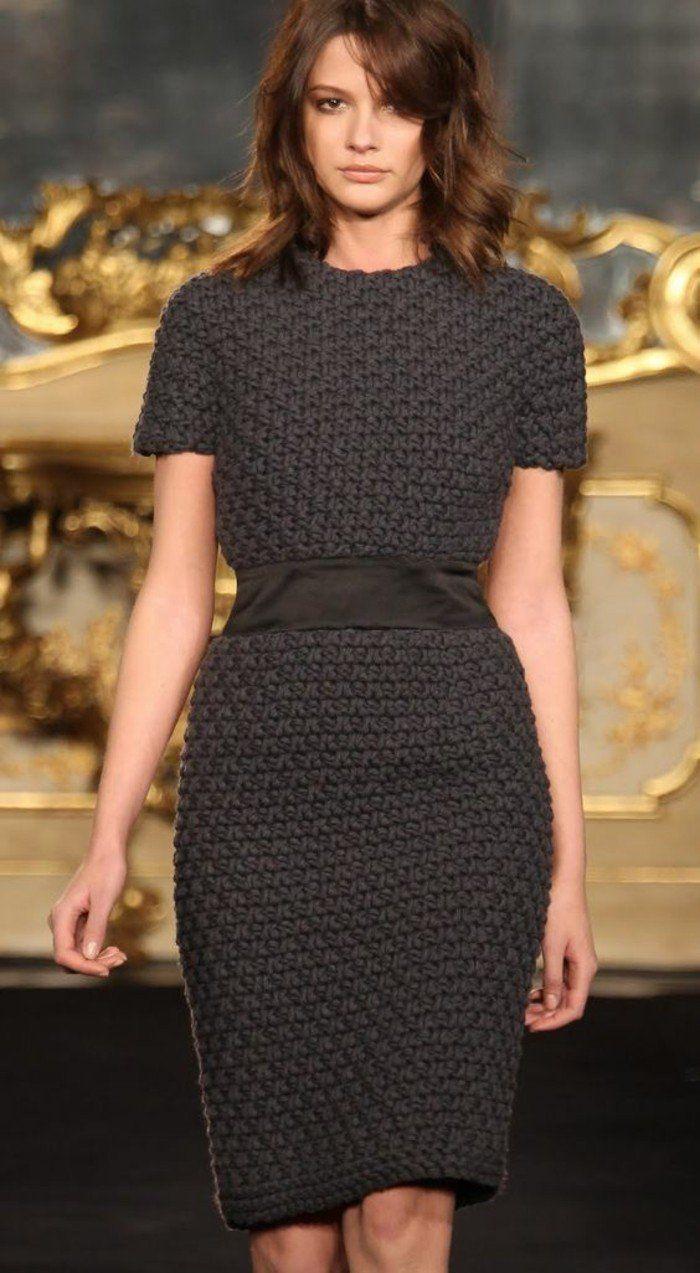 robe en laine couleur taupe aux manches courtes avec ceinture en tissu