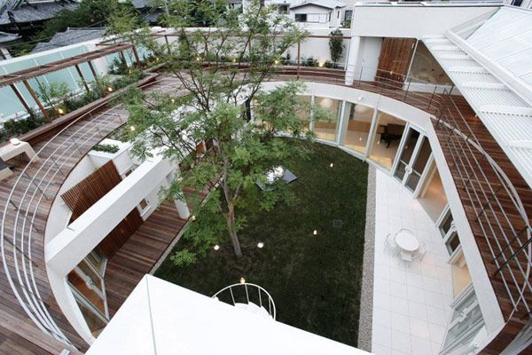 Courtyard of the F Residence in Kamakura, Japan by Edward Suzuki Architecture