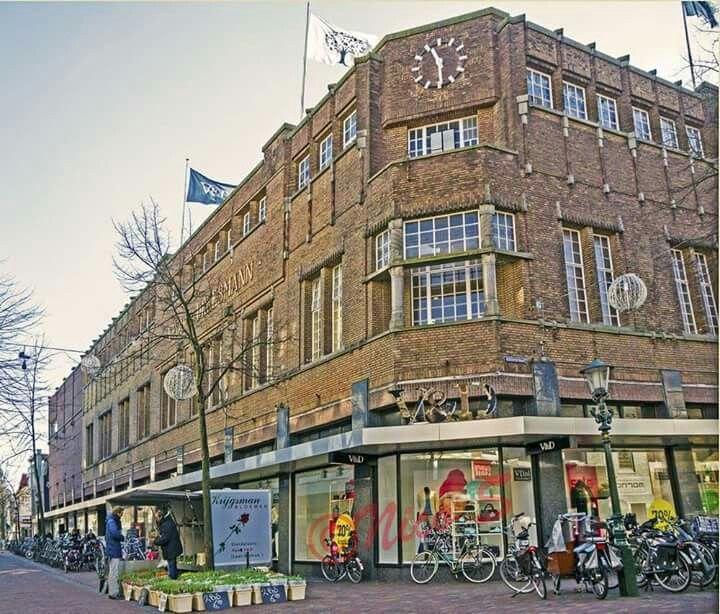 Alkmaar, V&D met bekende bloemenstal